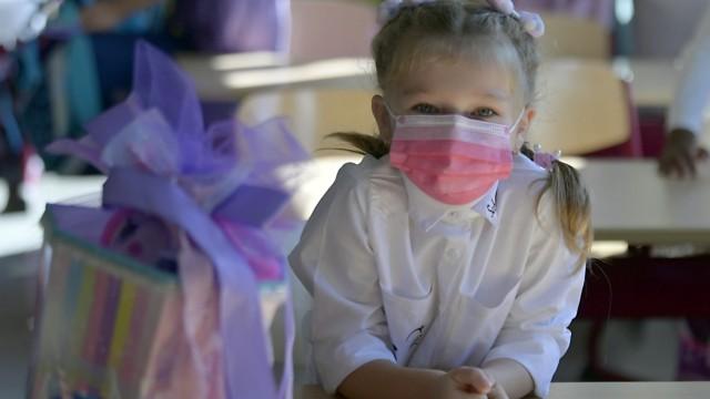 Schulstart: Bunte Schultüte, bunte Maske: Bis zum Ende des Monats muss der Mund-Nasen-Schutz auch am Platz getragen werden.