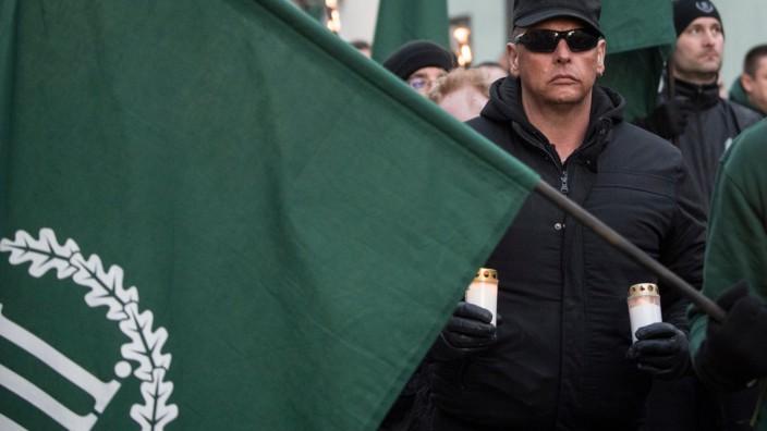 """Neonazis der rechtsextremen Kleinstpartei """"Der III. Weg"""" - hier bei einem Aufmarsch in Fulda - haben Plakate mit dem äußerst umstrittenen Spruch aufgehängt."""