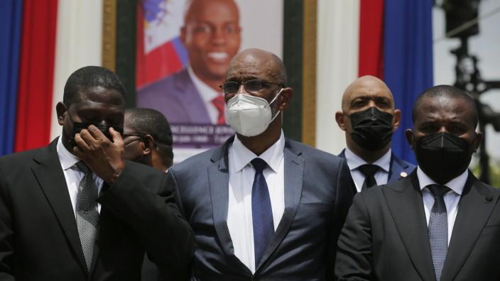 Gegen Haitis Interimspremier und -präsident Ariel Henry (Mitte) wird jetzt ermittelt.