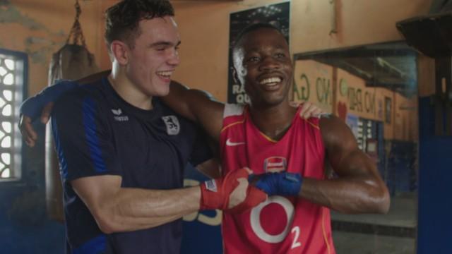 Dokumentarfilm: Im Boxcamp in Accra freunden sich deutsche und ghanaische Boxer an.