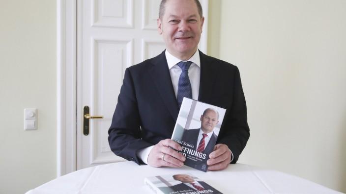 """Olaf Scholz mit seinem Buch """"Hoffnungsland"""": Welchen Anteil daran hatten seine Redenschreiber?"""