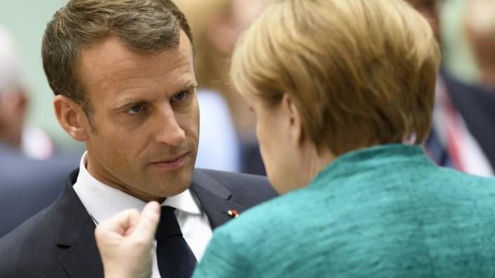 Arbeit statt Adieu: Emmanuel Macron will mit Angela Merkel über welt- und europapolitische Positionen reden.