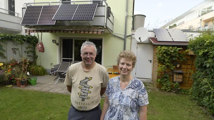 Solarenergie: Vorbildfunktion: Mit ihren Solarpaneelen am Balkon zeigen Karin Feiler und Ewald Edelsbrunner, dass jeder mit wenig Aufwand seinen Strom selbst umweltfreundlich produzieren kann.