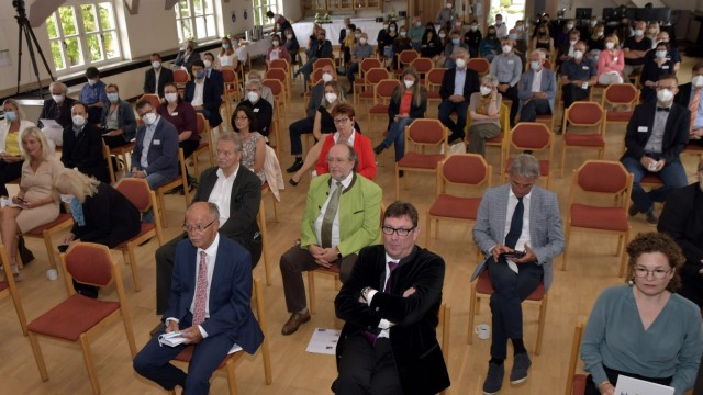 Isar-Amper-Klinikum Taufkirchen: Bei der Jubiläumsfeier wurde der Blick nicht nur auf die Geschichte der Klinik gerichtet, sondern auch in die Zukunft.