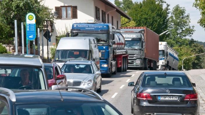 Verkehrschaos: Die Staatsstraße 2080, die an der Stelle auf dem Bild Eberhardstraße heißt, führt in Nord-Süd-Richtung durch Ebersberg und dort ist oft sehr viel los. Wie man diesen Verkehr aus dem Zentrum der Kreisstadt herausbekommen kann, ist eine seit Jahrzehnten ungelöste Frage.