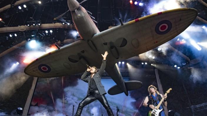 """Album """"Senjutsu"""": Gerne eine Nummer größer: Bei der letzten Tour ließen """"Iron Maiden"""" ein """"Spitfire""""-Flugzeug der Royal Air Force in Originalgröße über der Bühne schweben."""