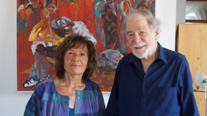 SZ-Serie: Künstlerpärchen: Christine Rieck-Sonntag und Hans Krieger vor einem ihrer Bilder in der Wohnung in der Landshuter Freyung.