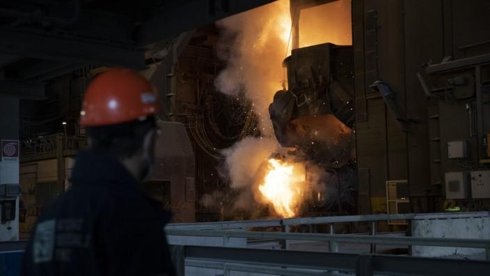 Industrie: Edelstahlfabrik von Thyssenkrupp im italienischen Terni: Zuletzt haben zwei Interessenten um die Firma mit 2700 Beschäftigten gebuhlt.