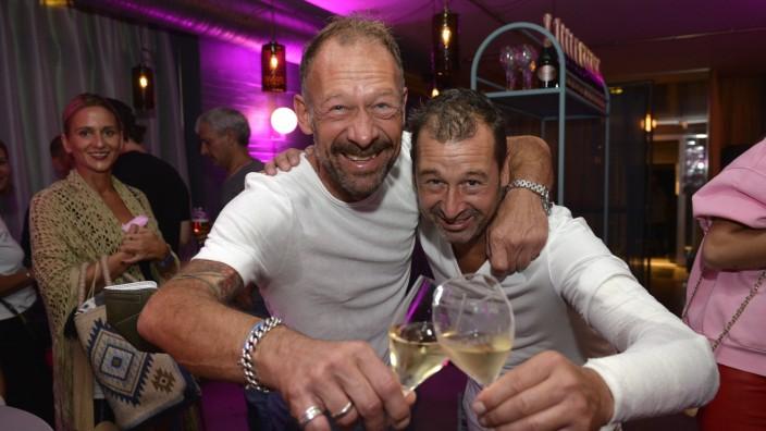 Szenario: Hoch die Tassen! Auch in einem Steakrestaurant lässt sich prima feiern. Hier machen das Markus Thatenhorst (links) und sein Bruder Florian.