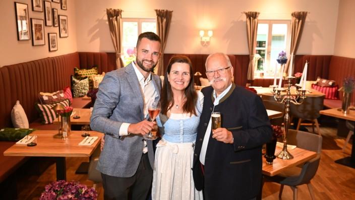 Lokalrunde: Zwei Generationen, zwei Erfolgsgeschichten: Lukas und Stephanie Spendler mit Wiesnwirt Ludwig Hagn (von links).