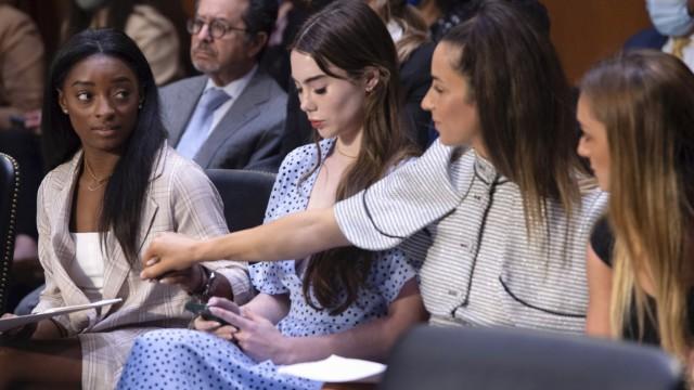Missbrauch im Turnen: Einer ihrer schwersten Auftritte: Simone Biles, McKayla Maroney, Aly Raisman und Maggie Nichols (v. l.) bei der Anhörung in Washington.