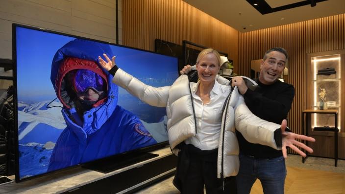 Szenario: Gut gelaunt: Extremsportlerin Helga Hengge zusammen mit Pat Sherlock, Präsident der Firma Canada Goose, bei der Shoperöffnung in München.