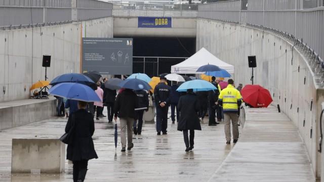 Ringschluss: Planmäßige Landung: Die 1,5 Kilometer lange Verlängerung des S-Bahn-Tunnels auf dem Gelände des Flughafen München ist - wie vorgesehen - nach drei Jahren fertig geworden. Zwei Minister und zahlreichen Kommunalpolitiker besichtigten am Donnerstag das Teilprojekt des Erdinger Ringschlusses.