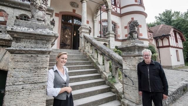 Herrsching: Kuratorin Catharina Geiselhart und Heinz Hellerer, Vorstand des Herrschinger Kulturvereins, freuen sich auf den Kulturrausch im Kurparkschlösschen.