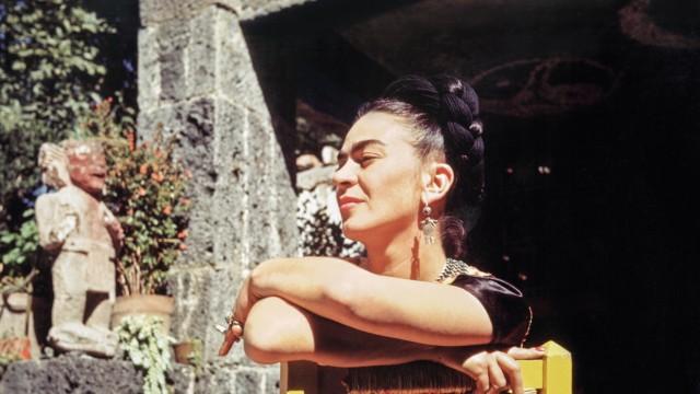 Pressebilder Taschen Verlag: p. 443 Florence Arqui, Frida at the annex of the Casa Azul,  January 24, 1948; cibachrome, 27.9 x 35.5 cm (11 x 14 in).  New York, collection of Spencer Throckmorton. Courtesy of  TASCHEN.