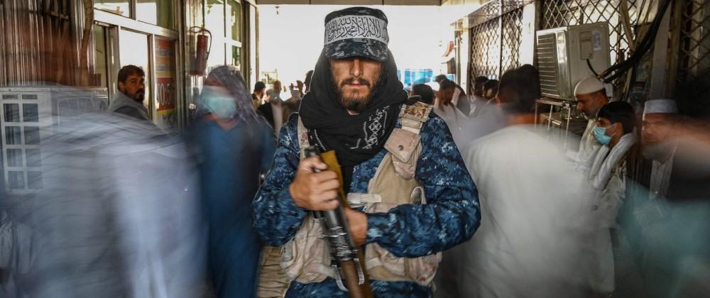Ein Kämpfer der Taliban bewacht einen Markt in Kabul.