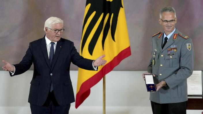Bundespräsident Frank-Walter Steinmeier und Brigadegeneral Jens Arlt bei der Verleihung des Bundesverdienstkreuzes in Schloss Bellevue.