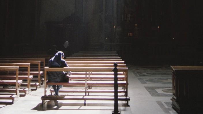 A nun sitting in a church praying PUBLICATIONxINxGERxSUIxAUTxONLY Copyright ElizabethxWeinberg fSto
