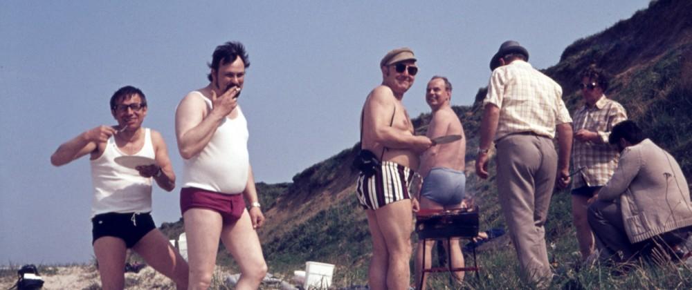 Männergruppe GER 20160222 Strand Aufnahme ca 1970 Männer Grillen am Sandstrand