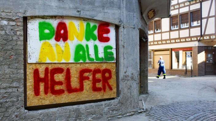 Ein Schaufenster eines geschlossenen Geschäftes in Bad Neuenahr-Ahrweiler drückt aus, was viele Betroffene im Flutgebiet fühlen.