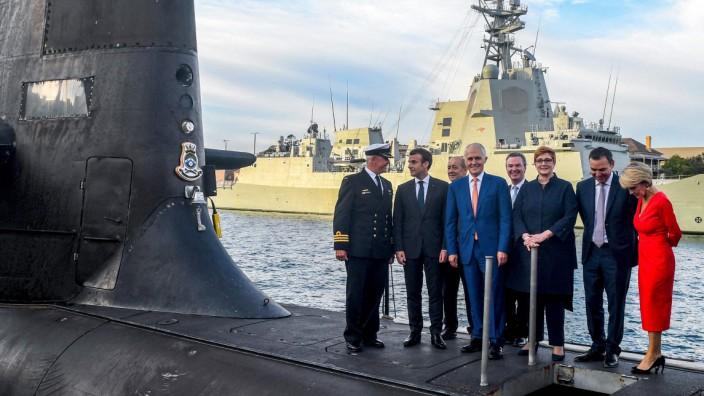 """Im Mai 2018 war die Stimmung noch gut: Frankreichs Präsident Emmanuel Macron (zweiter von li.) and der australische Premier Malcolm Turnbull (Mitte) auf dem Deck des U-Boots """"HMAS Waller"""" in Sydney."""