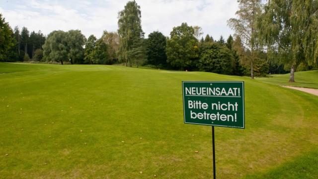 Golfplatz Elkofen bei Grafing: Damit die Golfer bald wieder den kompletten Platz bespielen können, mussten weite Teile der Anlage neu angesät werden.