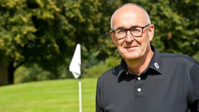 """Golfplatz Elkofen bei Grafing: Eine Wissenschaft für sich, sei die Pflege des """"Greens"""", sagt Jürgen Schunda, Vizevorstand des Golfclubs Elkofen."""