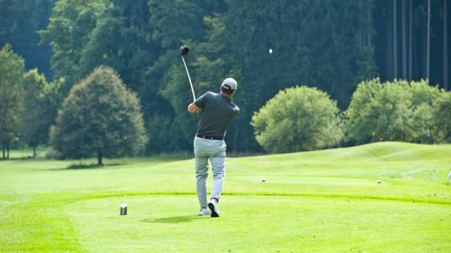 Golfplatz Elkofen bei Grafing: So schön die Landschaft auch sein mag - für den Golfer zählt vor allem der Zustand des Grases.