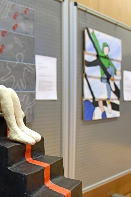 """Kunst in Germering: Kunstausstellung """"Stille Post - die Kunst der Interpretation"""": Skulptur """"Siegertreppe"""" von Ute Richter in der Germeringer Stadthalle."""