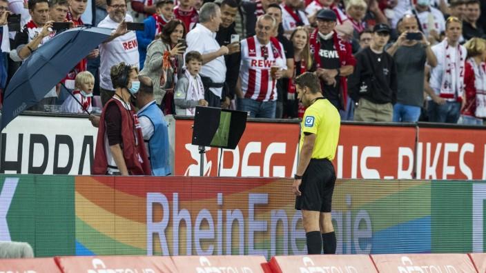 Köln, RheinEnergieStadion, 18.09.21: Schiedsrichter Felix Brych überprüft Kölns Tor zum 1:0 von Anthony Modeste im Spie