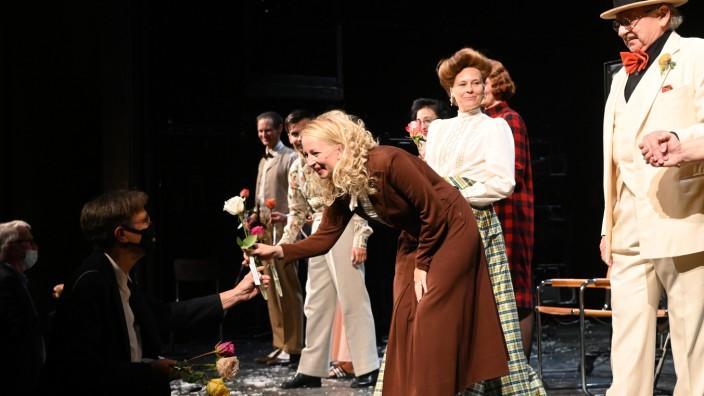 Start an den Münchner Kammerspielen: Volles Haus und voller Erfolg: Beim Applaus gibt es Rosen für die Darstellerinnen und Darsteller.