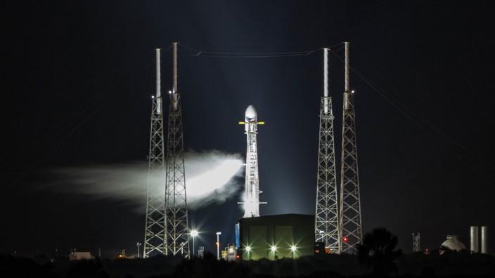 """Satelliten im All: Europas Konkurrenz heißt Elon Musk: Die Falcon9-Rakete befördert einen Satelliten des Projekts """"Starlink""""."""