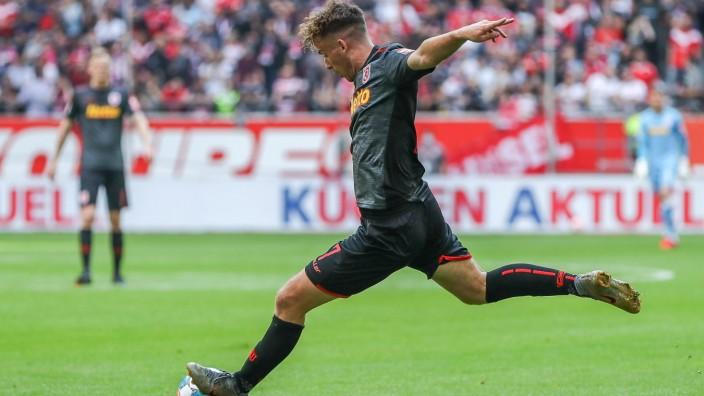 Max Besuschkow (SSV Jahn Regensburg, 07) schießt / schiesst das Tor zum 0:1, GER, Fortuna Düsseldorf / Duesseldorf 1895