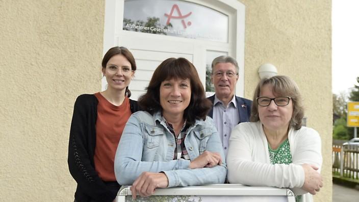 Bayerische Demenzwoche: Sabine Kaufmann, Ramona Eidner-Bobrowski, Jürgen Hoerner und Ingrid Schmidt-Endrass (v.l.) von der Alzheimer-Gesellschaft informieren.