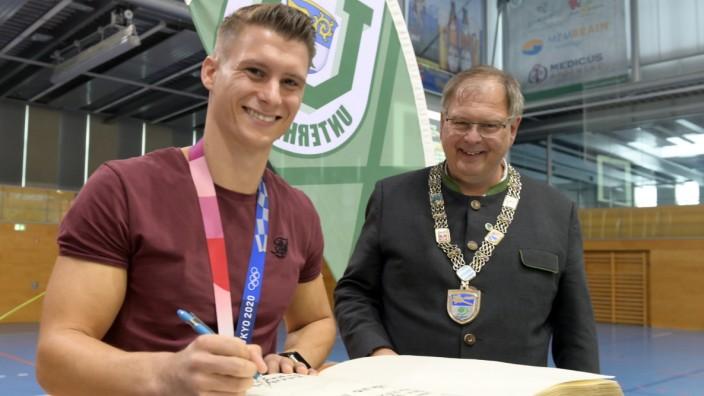 Olympiasieger: Ehre, wem Ehre gebührt: Gut lachen haben Turner Lukas Dauser (links), der bei den Olympischen Spielen in Tokio die Silbermedaille gewonnen hat, und Unterhachings Bürgermeister Wolfgang Panzer.