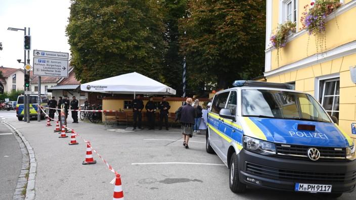 Bundestagswahl im Landkreis München: Vor dem Gasthof Neuwirt hat sich Polizei postiert. Impfgegner begleiten Spahn bei seinen Auftritten.