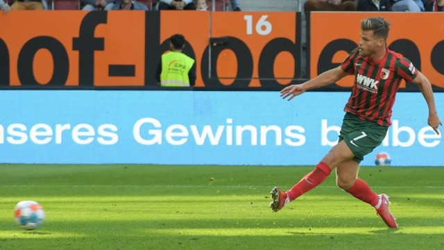Florian Niederlechner (FC Augsburg 7) erzielt den Siegtreffer zum 1:0, FC Augsburg - Borussia Moenchengladbach, Fussball; x