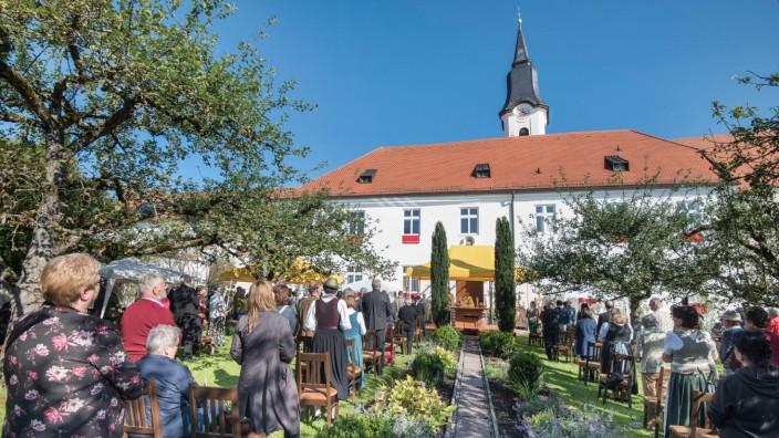 Berg: Ein Bild mit Seltenheitswert: Die Karmelitinnen von Aufkirchen feiern das 125-jährige Bestehen ihres Klosters mit einem Festgottesdienst unter freiem Himmel und 130 Gästen.