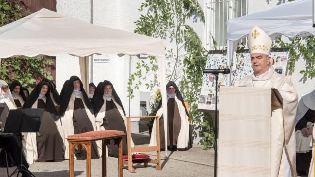 Berg: Die Messe zelebriert Erzbischof Nikola Eterović, Nuntius von Papst Franziskus (Mitte).