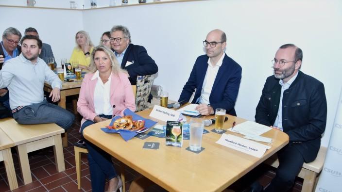 Bundestagswahl: Wahlkampf im Brauhaus (von rechts): Manfred Weber, Michael Kießling, der Landsberger Landtagsabgeordnete Alex Dorow und (vorne) Manuela Kreuzmair, Zweite Bürgermeisterin von Germering.