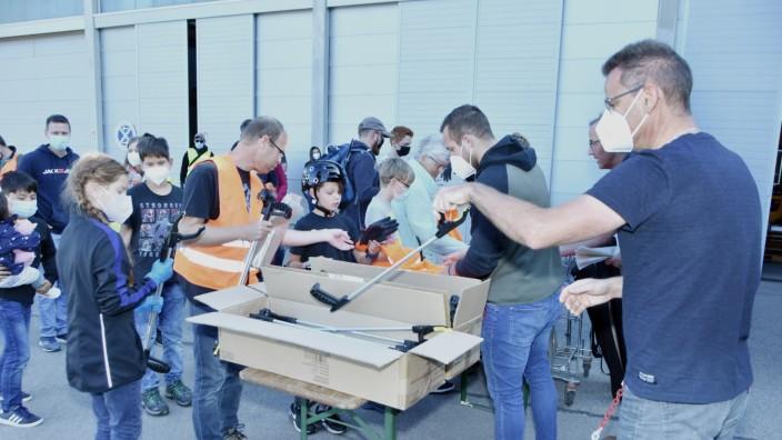 Fürstenfeldbruck: Jeder freiwillige Helfer beim World Cleanup Day darf sich eine Greifzange nehmen, um den Abfall nicht mit der Hand anfassen zu müssen.
