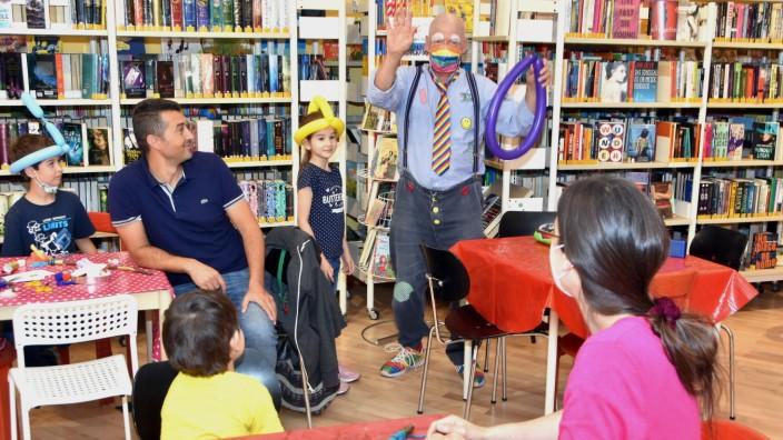 Gröbenzell: Immer wieder gerne genommen werden Kleinkünstler, die bei Festen wie in der Gröbenzeller Bücherei Luftballontiere für die Kinder fertigen.