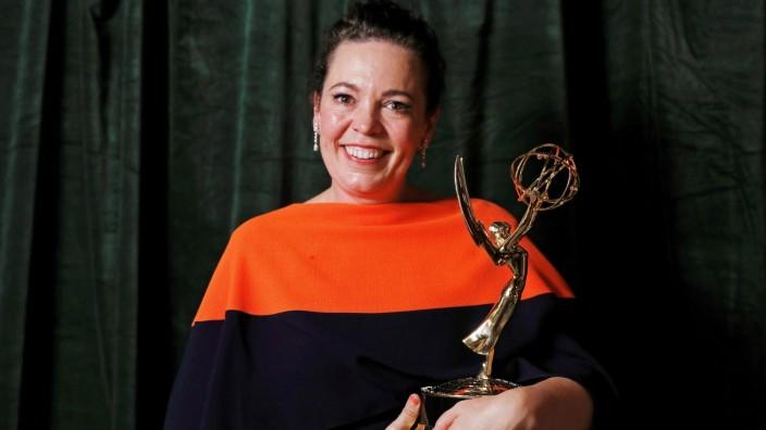 Emmy Award 2021: Olivia Colman mit einem Emmy im Arm
