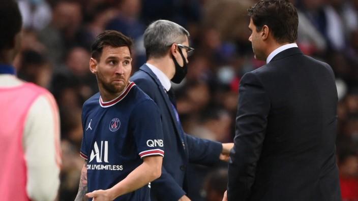 Auswechslung bei Paris gegen Lyon: Ausgewechselt? Ich? Lionel Messi blickt Trainer Mauricio Pochettino fragend an.