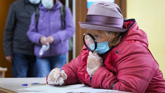 Russland: Wer schaut noch genau hin? Eine Wählerin am Sonntag in Sankt Petersburg.