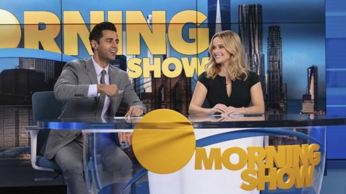 """""""The Morning Show"""", zweite Staffel, bei Apple TV+: Das Frühstücksfernsehen steht über allem: Hasan Minhaj und Reese Witherspoon in """"The Morning Show""""."""