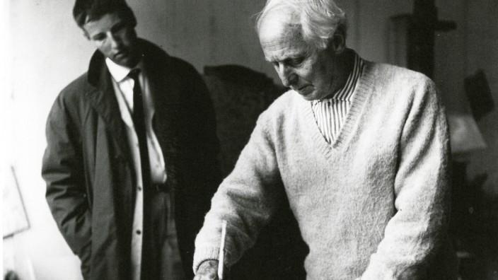 Kunstauktion: Peter Schamoni (links) sieht Max Ernst beim Malen zu, Schamonis Bruder Victor hält die Szene fotografisch fest.