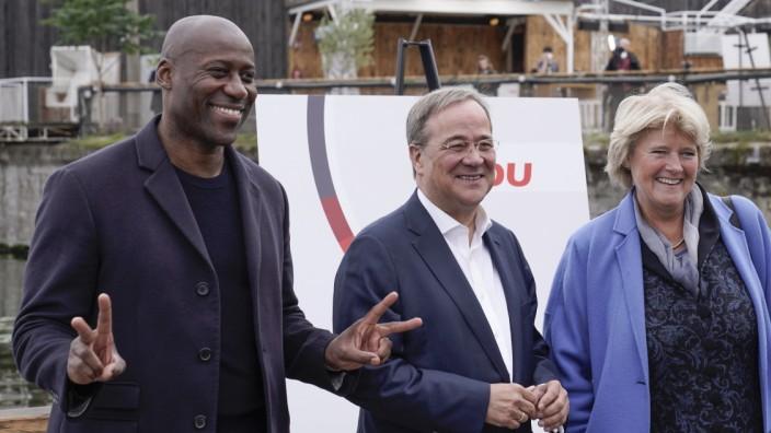 CDU: Joe Chialo (links) unterstützt Armin Laschet im Wahlkampf, rechts Kulturstaatssekretärin Monika Grütters