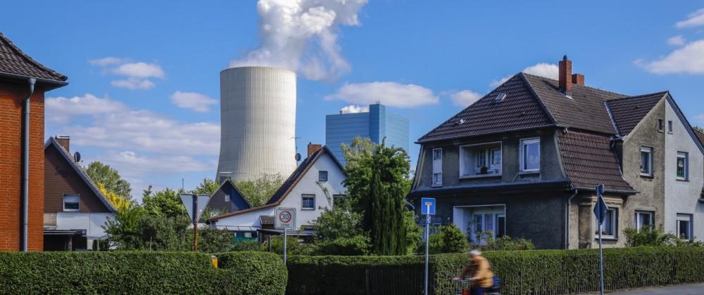 14.05.2020, Datteln, Ruhrgebiet, Nordrhein-Westfalen, Deutschland - Wohnhaeuser in der Meistersiedlung vor dem Kraftwerk