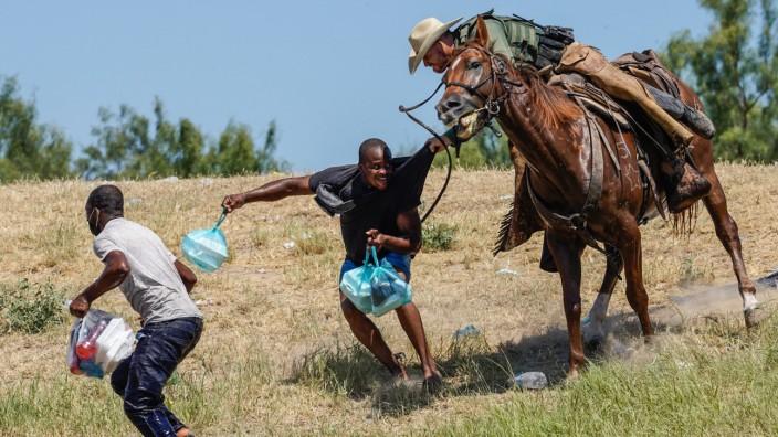 Ein US-Grenzpolizist versucht in der Nähe von Del Rio einen Flüchtling aus Haiti zu stoppen.